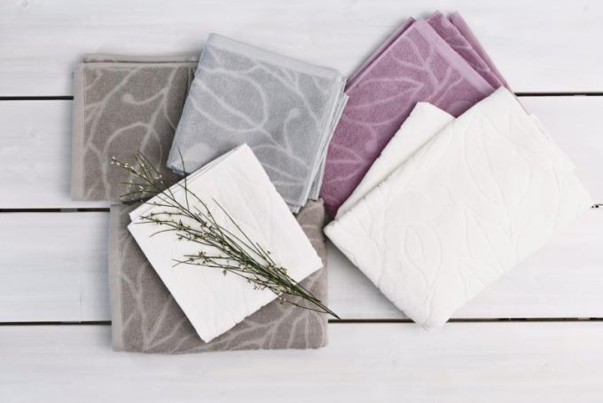 Kolekce ručníků a osušek Tuomi (Pentik), design Lasse Kovanen, bavlna, výběr ze čtyř odstínů, cena od 219 Kč, WWW. PENTIK. CZ