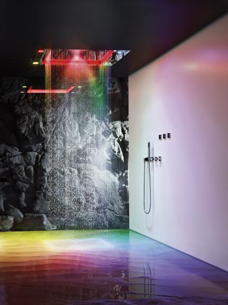Luxusní vertikální spa systém Sensory Sky ATT (Dornbracht), design Sieger Design, různé druhy deště, mlha, světlo a vůně ve vzájemné souhře, výběr ze tří předprogramovaných choreografií, cena cca 1 094 866 Kč, WWW. DORNBRACHT. COM, WWW. LUXUSNI-KOUPELNY-PRAHA. CZ