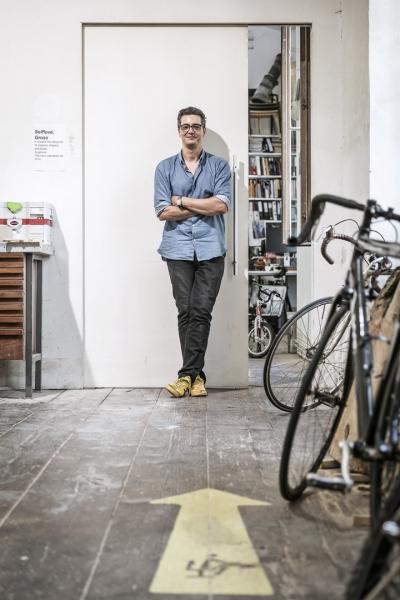 """""""Řada mladých designérů podle mě plýtvá svou energií a časem na sociálních sítích. Místo toho by se měli soustředit na práci a získávání zkušeností. Design není sprint. Je tomaraton."""""""