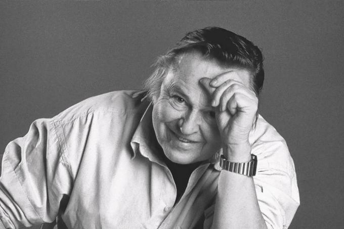 EERO AARNIO. Narodil se v roce 1932 v Helsinkách. Původně chtěl studovat architekturu, ale nesložil přijímací zkoušku z matematiky a na radu kamaráda se proto přihlásil na Institut průmyslového designu v Helsinkách, který navštěvoval v letech 1954 až 1957. Tam se plně projevilo jeho excelentní prostorové vnímání a schopnost kreslit objekty v obrovských perspektivách.  V 60. letech začal experimentovat s plasty, živými barvami a organickými formami. Stal se tehdy jedním z největších inovátorů v oblasti designu nábytku. Mnohé jeho práce jsou vystaveny v prestižních muzeích a galeriích celého světa (MoMA v New Yorku, V&A Museum v Londýně, Vitra Design Museum atd.) a některé se staly ikonami moderního designu, zmiňovanými v encyklopediích a katalozích průmyslového designu. Dodnes je aktivním tvůrcem.