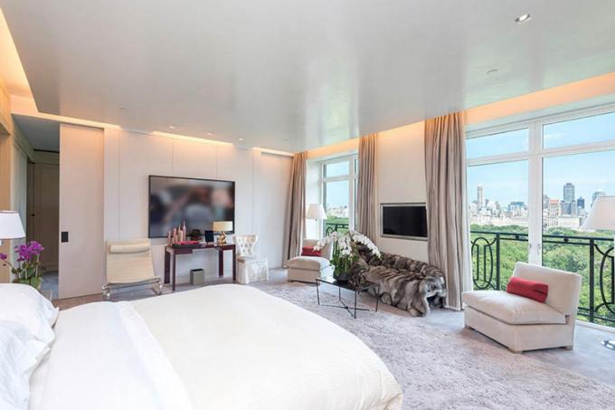 Součástí jsou tři ložnice, čtyři koupelny, spa, sauna, pracovna, kuchyň s vlastním točitým schodištěm a volně stojícím krbem v obývacím pokoji, který dodává tu správnou atmosféru