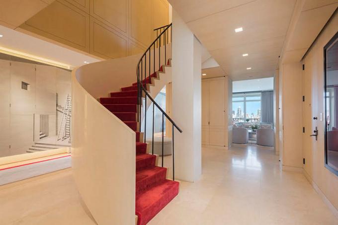 U vstupu ihned upoutá ohromující kruhové schodiště, které vypadá spíše jako umělecké dílo než funkční přístup do horního patra.
