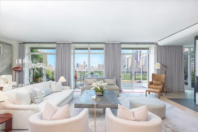 Sting se svou manželkou herečkou Trudie Styler koupili dvoupodlažní byt vroce 2008 za 27 milionů dolarů. Penthouse má nyní nového majitele, který za něj zaplatil 50 milionů dolarů.