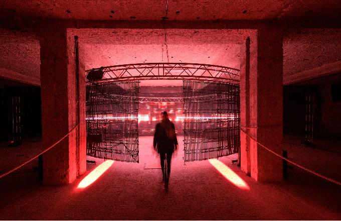 Festival světla Signal, který již neodmyslitelně patří k pražskému podzimu, rozsvítí od 11. do 14. října 24 uměleckých instalací českých i zahraničních umělců v celkem 8 městských částech Prahy. Přinese 3 hlavní festivalové trasy – v centru, na Vinohradech a nově v Karlíně. 16 vystavených světelných děl bude pocházet z ateliérů českých umělců a 8 ze zahraničí. Známé české autory jako je Ivan Kafka, Epos 257, Michal Škapa, Lukáš Rittstein, Pavel Karous či 3dsense doplní mladí talentovaní umělci vybraní z grantové výzvy SIGNAL CALLING. Většina děl bude umístěna ve veřejném prostoru, umělecké světlo rozzáří kostely, náměstí, paláce, kaple, sady i vybrané místo řeky Vltavy. 5 děl bude tvořit Galerijní zónu, přístupnou návštěvníkům za poplatek. Šestý ročník přinese zkrácenou dobu festivalu od 19 do 23 hodin a jeho slavnostní zahájení se uskuteční 11. října v 19 hodin na Karlínském náměstí.