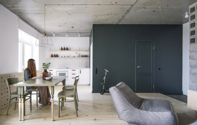 Deska jídelního stolu je vyrobena ze starého borovicového nábytku a balustrů, které byly montovány speciálně k desce. Balustry slouží jako dekorativní prvky, jež se prolínají napříč interiérem