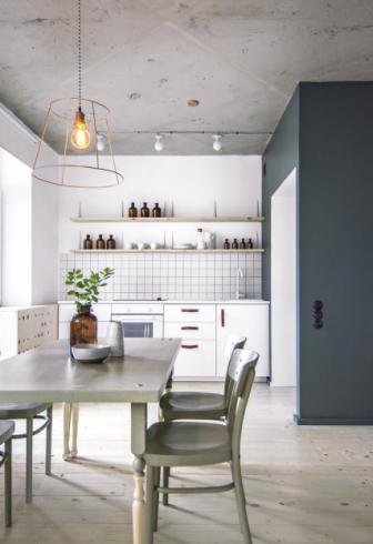 Kuchyňský nábytek vyrobený z borovicové překližky byl natřený na bílo s povrchovou vrstvou saténového laku. Rukojeti z kůže jsou uchyceny měděnými nýty. Závěsná stínítka z mědi z IKEA tvoří jednu z mnoha dominant interiéru