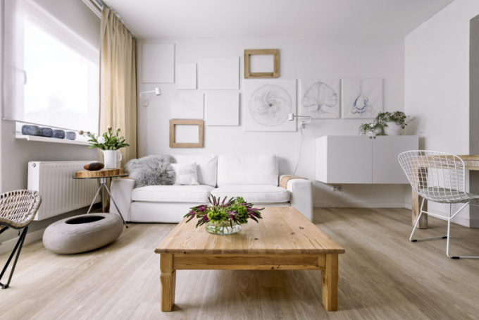 Pohovka Kivik (IKEA) je opatřena bílým bavlněným snímatelným pracím potahem. Po obou stranách ji doprovázejí z funkčního hlediska nenahraditelné nástěnné lampičky