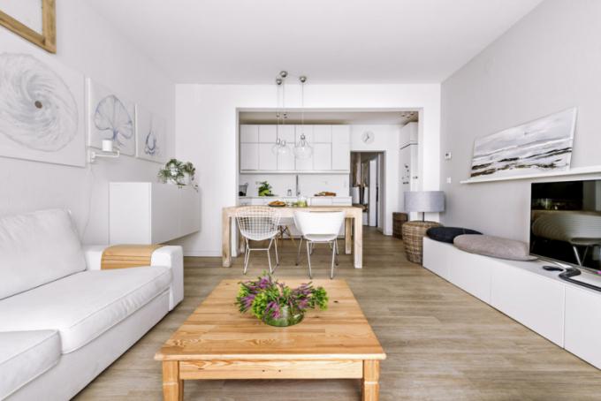 Kuchyň (IKEA) je zhotovená z bíle lakované MDF desky podle návrhu designérky Markéty Fleischnerové. Bílou barvu mají i vestavné spotřebiče – varná deska a pečicí trouba a také digestoř. Na stěně za pracovní desku je použita speciální matná omyvatelná bílá barva odolná proti oděru (Prokeran, Hornbach)