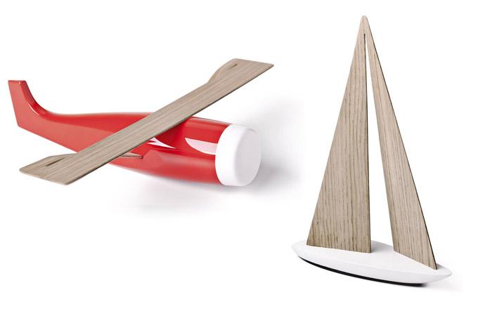 """Design kolekce sběratelských hraček WOO Toys se umístil v rámci soutěže """"festivalu"""" designu Designblok v roce 2014 na prvním místě v kategorii Nejlepší výrobek roku. Jak již samotný název vypovídá, WOO může být citoslovcem pro pohyb, údiv či zkratku anglického slova Wood. Jde více o objekty, nežli o hračky. Kombinací masivního dřeva s luxusním povrchovým lakem a ohýbanou dýhou se autorům podařilo docílit dynamického efektu u těchto tří dopravních prostředků symbolizujících tři živly (voda – plachetnice, vzduch – letadlo, země – buldozer).WWW.VRTISKAZAK.COM"""
