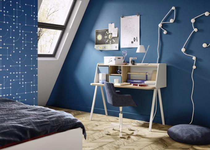 Solitérní psací stůl Teens se sekretářem a zásuvkami na drobnosti(Nidi), lamino, 140 × 61 × 113 cm, cena 27 150 Kč, polstrovaná židle (Nidi), cena od 15 980 Kč, WWW.SPACE4KIDS.CZ
