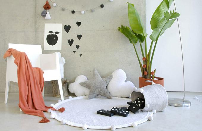 Dětský pokoj je místnost, která se neustále mění podle potřeb věku dítěte. Je to prostor s výjimečnou energií, a tak při zařizování myslete na dětské pohodlí, bezpečí a mobilitu. Pokoj by měl být vzdušný a z hlediska ergonomie praktický. (www.ksl-living.fr)