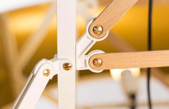 Kolekce Construction (Moooi) se rozrostla ozávěsná svítidla. Vše podstatné však zůstává při starém.  Průmyslový vzhled elektrického stožáru odkazuje nahistorickou stavebnici Meccano, apřitom překvapivě dobře ladí selegantními barevnými odstíny amosaznými detaily.