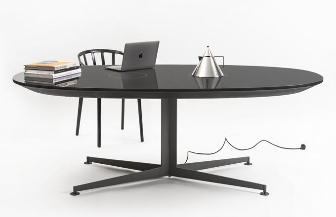 Myšlenka spojit příjemné s užitečným je stará jako lidstvo samo. Ještě v současnosti však vede k inovativním nápadům, které překvapí. Aktuálně třeba v podobě inteligentního stolu I-table (Kartell), který Piero Lissoni navrhl tak, aby ho bylo možné využít třeba pro vaření vody na kávu. Stůl je totiž vybaven indukčním zařízením vestavěným do skleněné desky, a to se hodí při práci i odpočinku, kdy každé odběhnutí ruší. Sklo a kov, WWW.CSKARLIN.CZ