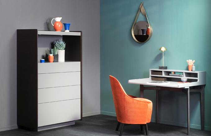 Termín pique obecně označuje textilie s reliéfní strukturou a právě na jejich plasticitu odkazuje nástěnné zrcadlo Pikee (Christine Kröncke). Skleněnou plochu s šedým podtónem objímá pás z kartáčované mosazi o šířce 80 mm a tloušťce 4 mm, jehož konce se protínají a tvoří tak zdobný detail, který vstupuje do prostoru jako originální plastika. Ø 38 a 55 cm, cena od 40 310 Kč,  WWW.CHRISTINEKROENCKE.CO.UK
