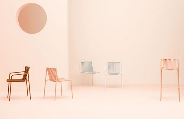 Série Tribeca (Pedrali) vyzývá ke vzpomínce na dětství. Stohovatelné jídelní a barové židle a křesla jsou reinterpretací klasického vyplétaného nábytku, který kdysi vrhal každé léto pruhovaný stín na chodníky rozpálených ulic. Vyrobeny jsou ručně z velmi odolných materiálů podle návrhu Mandelliho a Pagliarula, který nám umožňuje setrvat v přítomnosti. Subtilní ocelová konstrukce, speciální výplet zaručující pohodlí a rozmanité barvy se hodí dovnitř i ven. Kdykoli! Cena od 5 200 Kč, WWW.DEFAKTO.CZ