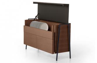 Příborník Geta 3334 (Bross) ukrývá vše potřebné pro stolování s elegancí vlastní michelinským restauracím. Subtilní konstrukce z lakovaného kovu rámuje úložné prostory z masivního dřeva s kontrastními povrchovými úpravami. Komoda je dostupná také ve verzi pro kancelář a knihovnu. Design Baldessari e Baldessari, 140 × 80 × 50 cm, cena na dotaz, WWW.BROSS-ITALY.COM
