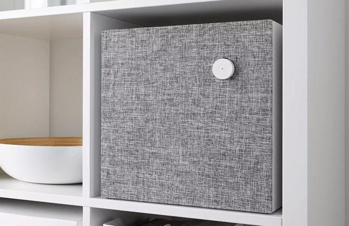 Poslech hudby snad nikdy nebyl tak snadný, krásný a levný zároveň. Reproduktory Eneby (IKEA) vynikají svým jednoduchým vzhledem. Kvádr se čtvercovým čelem v případě menšího přenosného modelu zdobí pouze hranaté madlo a jediným ovládacím prvkem je kruhový ovladač hlasitosti, vše ostatní zařídíte přes mobilní telefon. Průzvučnou tkaninu v odstínech šedé lze sejmout, Eneby vypadá dobře i nahý. 20 × 20 × 8 cm, výkon 20 W (1× 15 W + 1× 5 W), cena 1 290 Kč, 30 × 30 × 11 cm, výkon 45 W (2× 15 + 1× 10 W), cena 2 290 Kč, WWW.IKEA.COM
