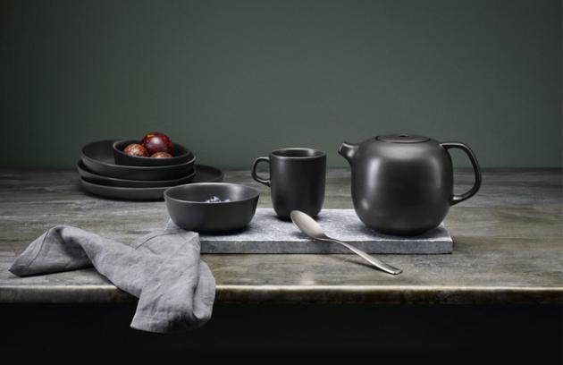 Nádobí z kolekce Nordic Kitchen (Eva Solo), design Tools Design, matná kamenina, silikon, cena konvice 1 229 Kč, hrnek 0,3 l, cena 399 Kč, miska 0,4 l, cena 3 99 Kč, WWW.KULINA.CZ