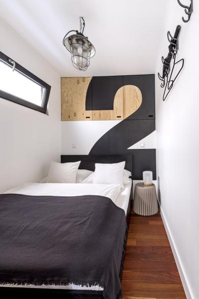 Ložnice je vybavena dostatečně pohodlným dvojlůžkem a vestavnými úložnými prostory, jako noční stolek slouží taburet Muffin (Bonaldo)