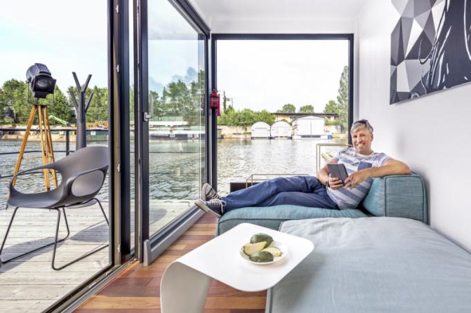 Pavel Šindelář si užívá pohodlí sedací soupravy Peanut (Bonaldo), ještě větší komfort poskytuje přístavný stolek Duffy (Bonaldo)