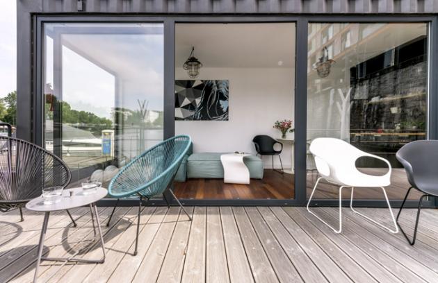 Obývací prostor, moderní a designově vybavený ze studia Punto Design, definuje malá, ale velmi pohodlná sedací souprava s přímým výhledem na řeku. Hlavní stěnu nad pohovkou zdobí obraz, který vytvořil majitel – výtvarník Roman Fenik