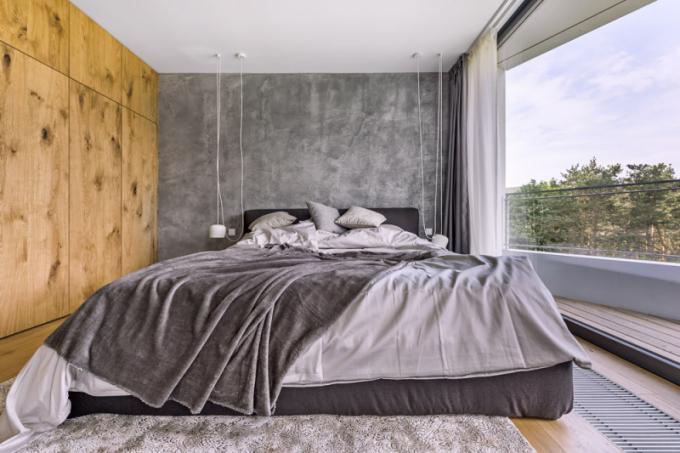 Ložnici chtěli majitelé v co nejjednodušším stylu. Manželská postel Brick (Novamobili) poskytuje úložný prostor a má zajímavou funkci, velmi snadno jde kompletně zvednout, a proto je velmi jednoduché ji povléknout