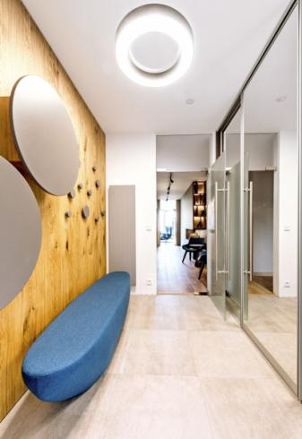 V bytě je i mnoho zajímavých solitérů ze zakázkové výroby. Za zmínku stojí atypická lavice ve tvaru kajaku, umístěná v jedné části předsíně, čalouněná látkou ve shodně modrém odstínu, v jakém jsou provedena křesla Monk (Prostoria)