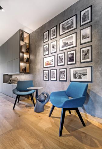 Ve velkorysém prostoru chodby jsou umístěna křesílka Monk (Prostoria) doplněná o investorův oblíbený stolek Monkey Side Table od BD Barcelona, který velmi kladně hodnotí za vtipný a osobitý design