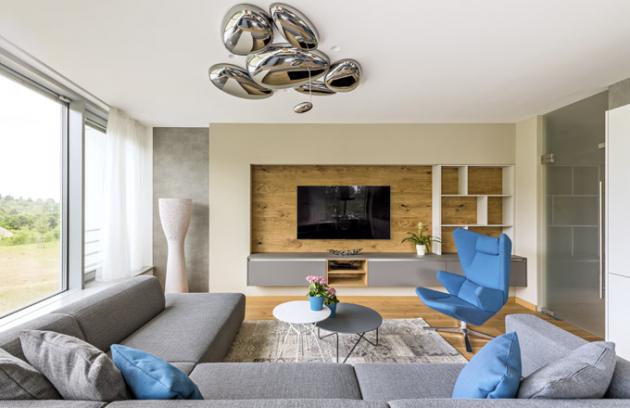 Do obývacího pokoje si manželé Logarovi vybrali pohovku Match od výrobce nábytku Prostoria v provedení XL – hlubší sezení si nemůžou vynachválit. Tuto dominantu prostoru doplnili o konferenční stolky Polygon a křeslo Trifidae od stejného výrobce a třešničkou na dortu je solitérní závěsné osvětlení Skydro od designéra Rose Lovegroova (Artemide)
