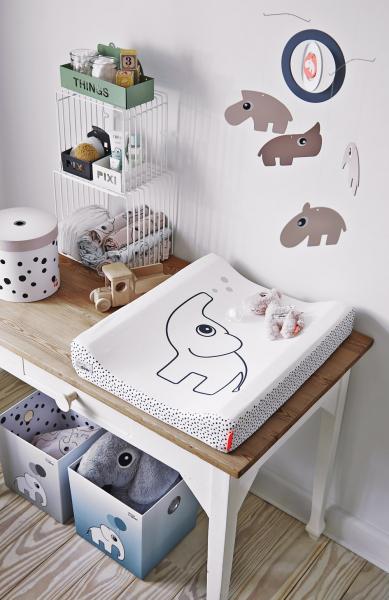 Přebalovací podložka Elphee (Done by Deer), 100% akryl potažený bavlnou, polyuretanová výplň, 50 × 65 cm, cena 1 374 Kč, WWW.MALVIK.CZ