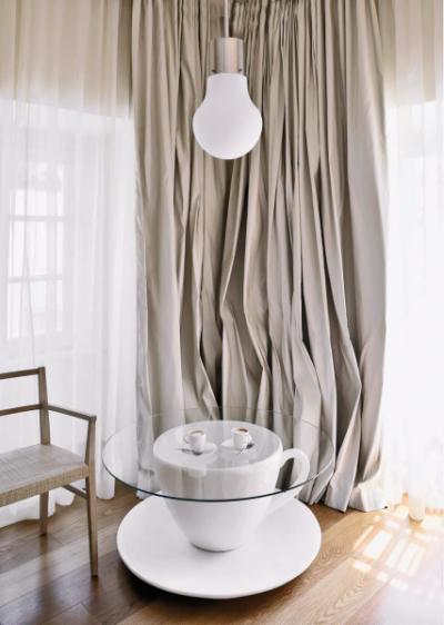 Všichni kávomilci chtějí být styloví. Ale tenhle nábytkový doplněk ocení i milovníci designu a kreativních nápadů. Stolek ve tvaru kávového hrnečku s deskou z bezpečnostního skla byl vyrobený na zakázku pro milánský butikový hotel Maison Moschino, který se pyšní tak trochu excentrickou pohádkovou výzdobou.