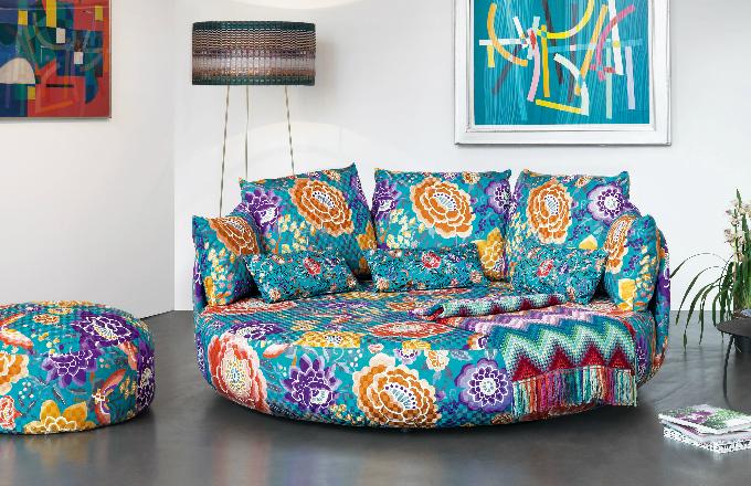 Jděte do toho odvážně! Zkuste florální motivy. Tiamat Sofa (Missoni Home Furniture), www.gomodern.co.uk