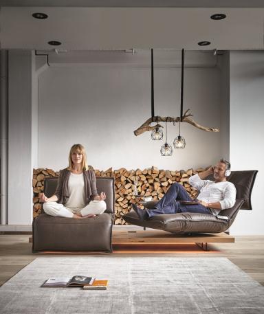 Tvrdí se, že pro téměř každého designéra je prestižním úkolem navrhnout židli. Co teprve, když navrhne tzv. dlouhou židli. Že by získal dvojnásobné ocenění? Le Corbusierovi se ocenění dostalo. Právě díky němu má chaise longue své silné období ive21. století. HypenSpace double chaise longue, www.seanroyale.com