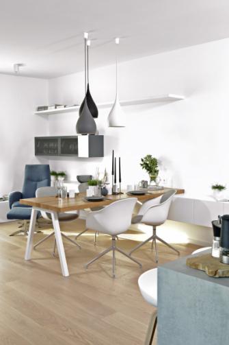 Šedobílé ladění doplněné přírodním dřevem se promítá do celého interiéru. Menší kusy nábytku společně s dostatkem denního světla podtrhují v celém prostoru dojem vzdušnosti Ostrůvek s prostornou pracovní deskou a židlemi značky Hay slouží majitelům k příležitostnému posezení