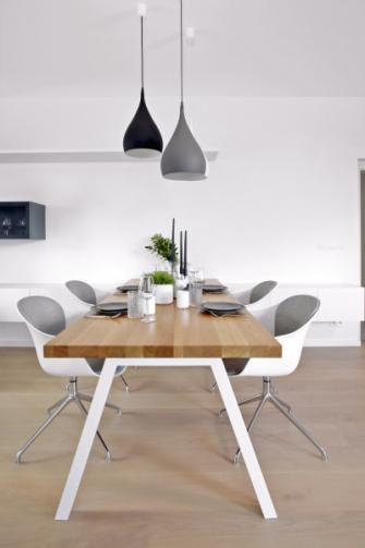 K jídelnímu stolu s masivní dubovou deskou zvolily návrhářky pohodlné židle Adelaide od BoConcept a závěsné lampy Spining od AndTradition