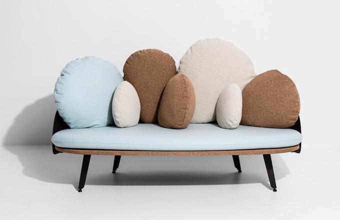 Oblíbené sofa Nubilo (Petite Friture) má nový kabátek.  Mraky, oblázky abalónky jsou stále odrazovým můstkem naší představivosti azáklad pohodlí inadále tvoří měkké kulaté polštáře, které lze snadno uspořádat pro maximální komfort.