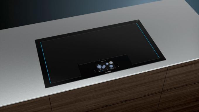 """Nepřehlédnutelnou novinkou v """"restaurační části"""" byla indukční varná deska Siemens freeInduction Plus, která nastavuje zcela nové standardy, pokud jde oflexibilitu azážitek z vaření. Díky modulární indukční technologii se deska automaticky přizpůsobuje potřebám kuchaře."""