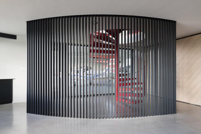 """""""Zvolená paleta použitých materiálů podporuje industriální charakter celého objektu a jejich neutrální barevná škála je oživena výraznými akcenty červené barvy."""" vysvětluje architektka Alena Válová."""
