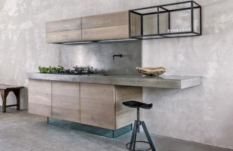 Kuchyňská sestava je opticky odlehčena použitím skleněného soklu a otevřené nástěnné police z oceli a skla. Podlaha a nábytek jsou z masivního dubu, pracovní deska a obklad stěny z betonu, orientační cena 68 300 Kč, design Vladal Běhal, WWW. VLADANBEHALDESIGN. CZ