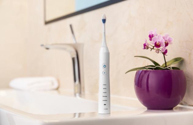 Sencor momentálně nabízí 3 řady sonických zubních kartáčků (SOC 110, SOC 220, SOC 3), které se liší třeba počtem stěrů za minutu (od 41000 stěrů za minutu), počtem a vybavením možných programů, aj. Třetí, nejvyšší řada, je vybavena UV zářením, které zajišťuje bakteriální čištění kartáčku, tedy jeho sterilizaci. Ta probíhá vcestovním pouzdru. Stylové cestovní pouzdro a náhradní hlavice jsou součástí každého balení.
