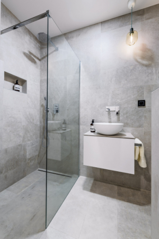 Ve spodní koupelně je sprchový kou