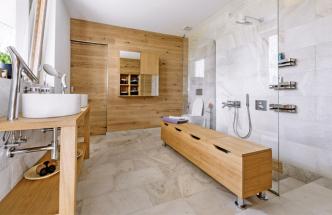 Lavice z výroby firmy JN Interier je dominantní solitér, který nese také funkci prostoru pro odkládání špinavého prádla