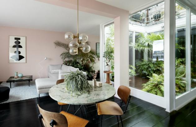 """Interiéroví designéři Julien  Rademaker  a  Maaike  Chanowski si v Amsterdamu zařídili domov podle svých představ. V jejich práci je patrná hravost i důraz na použité barvy a materiály. """"Někteří lidé mají pocit úlevy, když tráví čas mezi rostlinami a stromy. Jiní sotva zaznamenávají rozdíl mezi městem a přírodou, """"říká Julien. """"Jsme bezpochyby součástí té první skupiny.""""(Noortje Knulst)"""