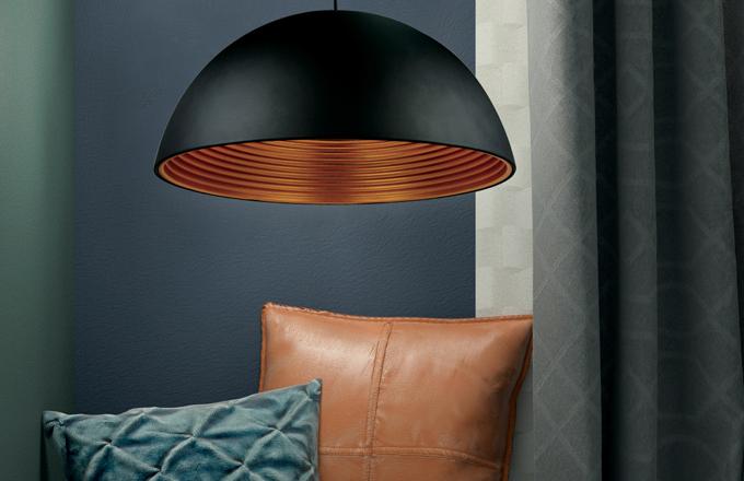 """Lustry a závěsná svítidla jsou nejvýraznějším světelným zdrojem místnosti. Nejčastěji jsou zavěšené na lanku nebo tyči, podle typu a materiálu lustru je nutné počítat spevností a délkou závěsu a umístěním vmístnosti. Tzv. přisazené osvětlení je takové, kdy není vidět lanko a kabel, je tedy """"přilepené"""" přímo na stropě. Ve velkých místnostech je jich potřeba víc, protože neosvětlí velké plochy"""