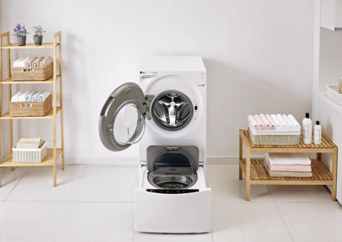 Pračka TWINWash (LG), 2 oddělené bubny na současné praní dvou dávek prádla z různých materiálů, spodní pračka setu má kapacitu 1–2 kg prádla a 8 programů, inteligentní diagnostiku a ovládání na dálku, cena setu 42 490 Kč, WWW. LGSHOP. CZ