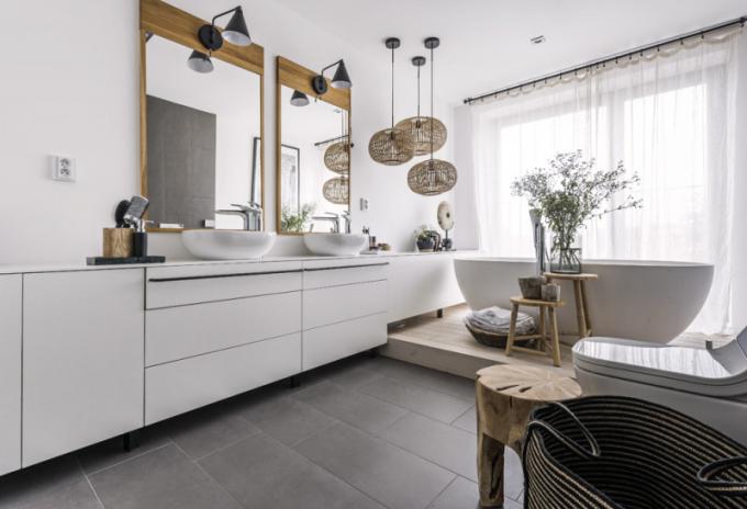 Zařízení celého prostoru i koupelen navrhl architekt tak, aby jej mohli majitelé ve stejném stylu průběžně dotvářet dekoracemi ze studia Deconcept