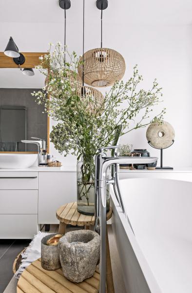 Koupelna zapadá do celkového konceptu kosmopolitně zařízeného interiéru, který působí uvolněně. Zároveň tu má ale každý předmět své pevné místo
