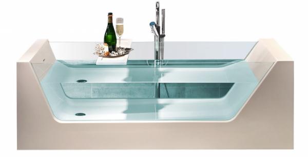 Volně stojící vana Look (Kneif), unikátní kombinace skla a akrylátu, 180 × 80 cm, cena 125 259 Kč, www.designbath.cz