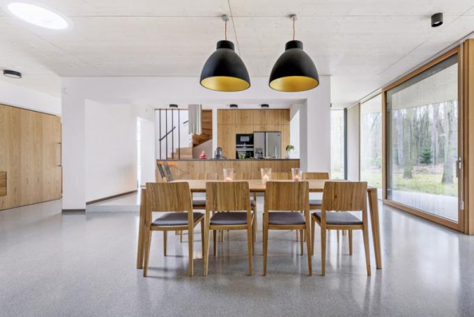 Díky neuvěřitelným výhledům se do prostoru kuchyňské zóny dostává dostatek denního světla. I přesto majitelé nenechali tzv. nic náhodě a pro podporu přirozeného osvětlení nechali instalovat světlovody a důraz kladli i na umělý zdroj osvětlení – co kus, to solitér
