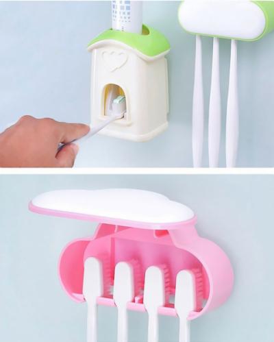 Zásobník na zubní pastu s dávkovačem, který vypadá jako pohádkový domeček, a k němu držáky na kartáčky ukrytévroztomilém mráčku. Tohle koupelnové vybavení ocení zejména děti, tak proč jim neudělat radost? Za 8,62 € koupíte na WWW. ALIEXPRESS. COM